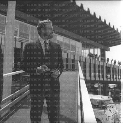 Charlton Heston su una terrazza dell'aeroporto di Fiumicino - totale
