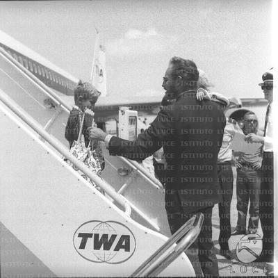 Charlton Heston accoglie i figli Fraser e Holly sulla pista dell'aeroporto di Fiumicino - piano medio