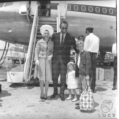 Charlton Heston con il cane al guinzaglio seguito dalla moglie, il figlio e una donna con la piccola Holly in braccio - totale