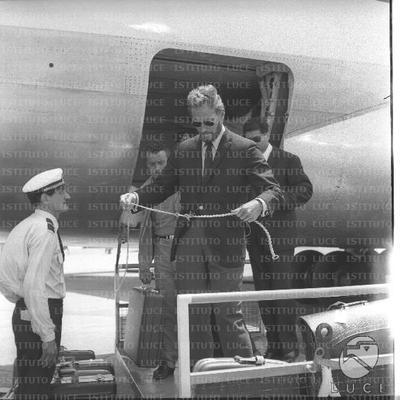Charlton Heston sul carrello bagagli con un filo in mano attende per prendere il cane - campo medio