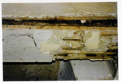 Pand Biest 110 interieur, begane grond, moerbalk oplegging binnenmuur ter plaatse van rookkanaal