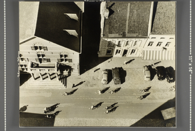 Bovenaanzicht vanaf de Sint Martinustoren op de Markt, het oude stadhuis, sociëteit Amicitia en modehuis Van de Laar