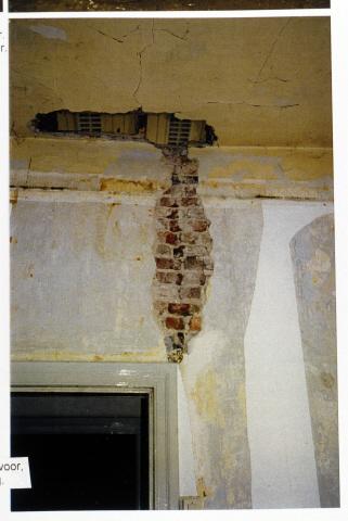 Pand Biest 110 interieur, begane grond, detail muur linker kantoor voor, sleuf vermoedelijk ten behoeve van leiding