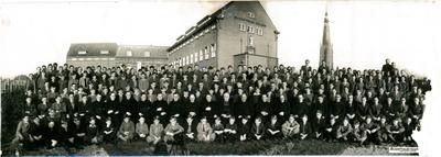 Bisschoppelijk College Wilhelminasingel, in het midden directeur Franck (nummer 14), 2de rij staand v.l.n.r. 7de: John Nievergeld, 8ste: Pierre Evers, 11de: Piet Vullinghs, 13de: Schneider?, 15de: Seelen