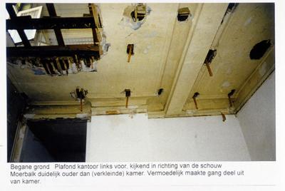 Pand Biest 110 interieur, begane grond, plafond kantoor links voor, kijkend in richting van de schouw, moerbalk duidelijk ouder dan (verkleinde) kamer, vermoedelijk maakte gang deel uit van kamer