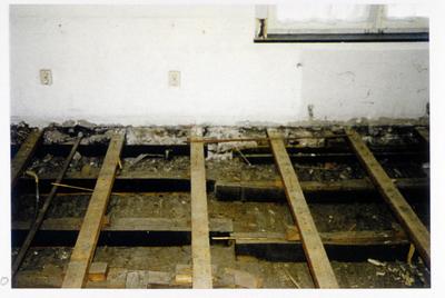 Pand Biest 110 interieur, verdieping kijkend in richting voorgevel detail van de oplegging van de balklaag ter plaatse van de moerbalk