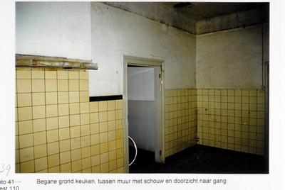 Pand Biest 110 interieur, begane grond, keuken tussen muur met schouw en doorzicht naar gang