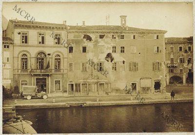 Fabbricati per servizi civili. I° palazzo Pretorio: uffici municipali. (Dopo il bombardamento).