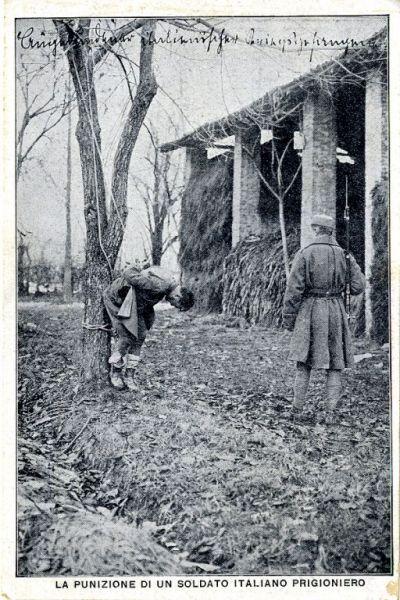 Punizione di un soldato italiano prigioniero: [immagine con soldato, sentinella e fienile]