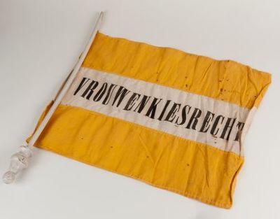 Vlag. ' Vrouwenkiesrecht' .