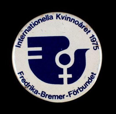 Button. 'Internationella Kvinnoåret 1975 : Frederika-Bremer-Förbundet'