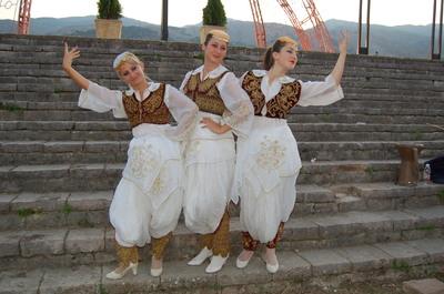 Vajzat e qytetit ne shkallet e kalase