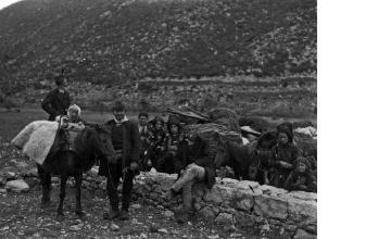 Χωρικοί με παραδοσιακές ενδυμασίες και άλογα. Γύρω στα 1935 Έλλη Παπαδημητρίου (ΦΑ_19_630)