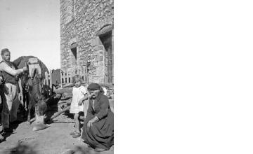 Άνδρας με παραδοσιακή ενδυμασία και άλογο, ηλικιωμένη γυναίκα και κορίτσι. Γύρω στα 1935 Έλλη Παπαδημητρίου (ΦΑ_19_631)