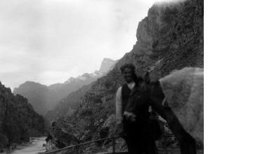 Άνδρας με γαϊδούρι σε μονοπάτι προς τη Μονή Στομίου. Ήπειρος, γύρω στα 1935 Έλλη Παπαδημητρίου (ΦΑ_19_633)