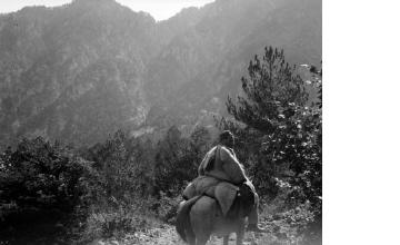 Άνδρας σε άλογο προς τη χαράδρα του Αώου. Ήπειρος, γύρω στα 1935 Έλλη Παπαδημητρίου (ΦΑ_19_635)