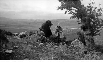 Άνδρες με κάπες μπροστά από πεδιάδα. Ήπειρος, γύρω στα 1935 Έλλη Παπαδημητρίου (ΦΑ_19_637)