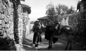 Ηλικιωμένη γυναίκα με παραδοσιακή ενδυμασία και άλογο. Γύρω στα 1935 Έλλη Παπαδημητρίου (ΦΑ_19_644)