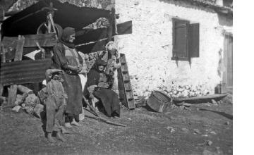 Γυναίκες και αγόρια σε αυλή σπιτιού. Γύρω στα 1935 Έλλη Παπαδημητρίου (ΦΑ_19_648)