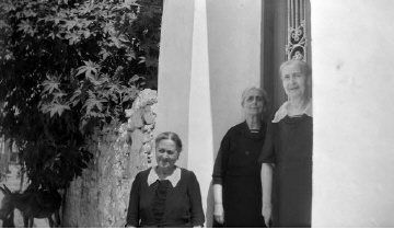 Γυναίκες στην είσοδο σπιτιού. Γύρω στα 1935 Έλλη Παπαδημητρίου (ΦΑ_19_654)