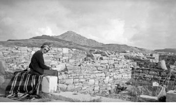 Γυναίκα σε αρχαιολογικό χώρο. Γύρω στα 1935 Έλλη Παπαδημητρίου (ΦΑ_19_662)