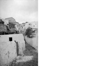 Στενό παραδοσιακού χωριού. Γύρω στα 1935 Έλλη Παπαδημητρίου (ΦΑ_19_665)