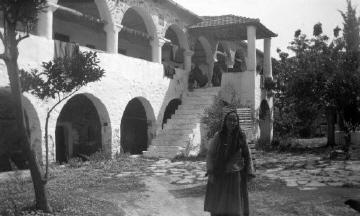 Γυναίκα στην αυλή μοναστηριού. Τρίκερι Μαγνησίας, γύρω στα 1935 Έλλη Παπαδημητρίου (ΦΑ_19_669)