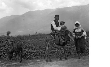 Οικογένεια επιστρέφει από τα χωράφια. Φλώρινα, γύρω στα 1935 Έλλη Παπαδημητρίου (ΦΑ_19_729)