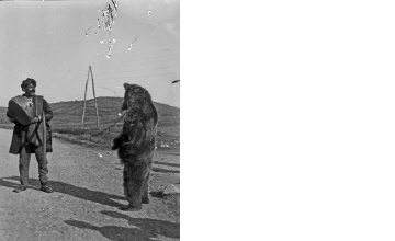 Αρκουδιάρης στο Πισοδέρι. Φλώρινα, γύρω στα 1935 Έλλη Παπαδημητρίου (ΦΑ_19_731)