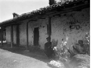 Άνδρας και γυναίκες κρατώντας κουκούλια. Χαλκιδική, γύρω στα 1935 Έλλη Παπαδημητρίου (ΦΑ_19_739)