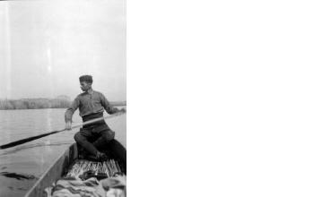 Άνδρας σε βάρκα δίπλα σε καλαμώνα. Γιαννιτσά, γύρω στα 1935 Έλλη Παπαδημητρίου (ΦΑ_19_746)