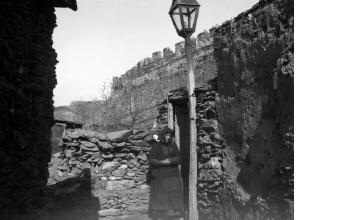 Γυναίκα στα Παλαιά Τείχη. Θεσσαλονίκη, γύρω στα 1935 Έλλη Παπαδημητρίου (ΦΑ_19_747)