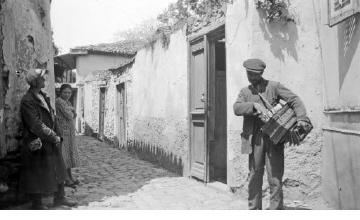Άνδρες και γυναίκα στα Παλαιά Τείχη. Θεσσαλονίκη, γύρω στα 1935 Έλλη Παπαδημητρίου (ΦΑ_19_748)