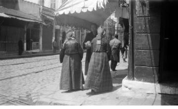 Εβραίες σε δρόμο με καταστήματα. Θεσσαλονίκη, γύρω στα 1935 Έλλη Παπαδημητρίου (ΦΑ_19_749)