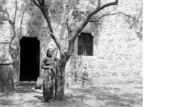 Γυναίκα με παραδοσιακή ενδυμασία. Χαλκιδική, γύρω στα 1935 Έλλη Παπαδημητρίου (ΦΑ_19_750)
