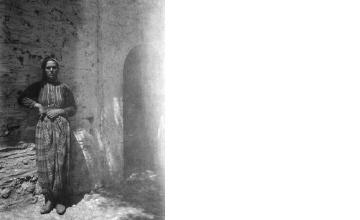 Γυναίκα με παραδοσιακή ενδυμασία. Χαλκιδική, γύρω στα 1935 Έλλη Παπαδημητρίου (ΦΑ_19_751)