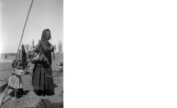 Σαρακατσάνα με παιδιά. Χαλκιδική, γύρω στα 1935 Έλλη Παπαδημητρίου (ΦΑ_19_752)