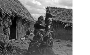 Γυναίκες με παραδοσιακές ενδυμασίες σε καταυλισμό. Μακεδονία, γύρω στα 1935 Έλλη Παπαδημητρίου (ΦΑ_19_753)