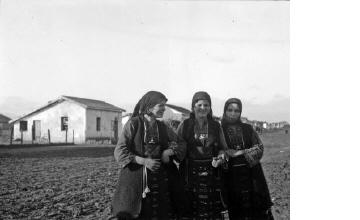 Γυναίκες με παραδοσιακές ενδυμασίες της Θράκης. Μακεδονία, γύρω στα 1935 Έλλη Παπαδημητρίου (ΦΑ_19_754)