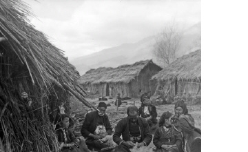 Γυναίκες και άνδρες με παραδοσιακές ενδυμασίες σε καταυλισμό. Μακεδονία, γύρω στα 1935 Έλλη Παπαδημητρίου (ΦΑ_19_763)