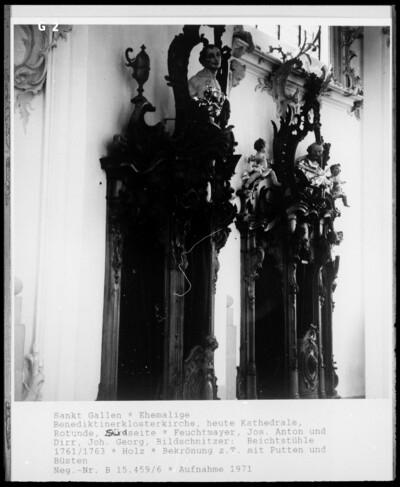 Beichtstuhl mit Bekrönungsbüsten von Heiligenfiguren