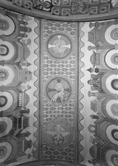Ornamentstreifen mit Hand Gottes, Agnus Dei und Taube im Kreuznimbus