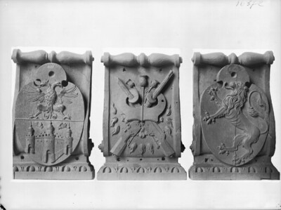 Drei Wappen von einem Möbel