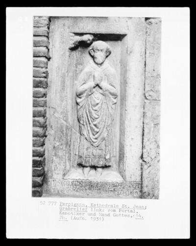 Grabplatte eines Kanonikers mit Hand Gottes