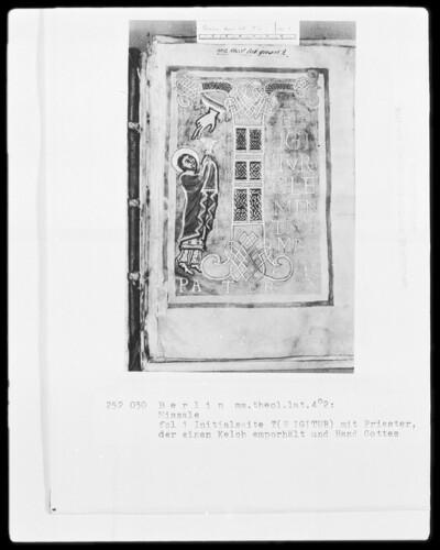 Missale — Initialseite mit Initiale T (E IGITUR), daneben ein den Kelch erhebender Priester und die Hand Gottes, Folio 1recto