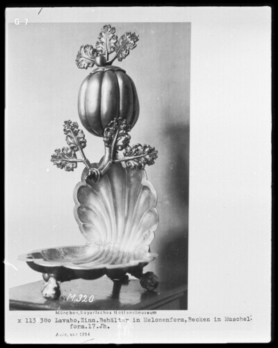 Behälter in Melonenform, Becken in Muschelform