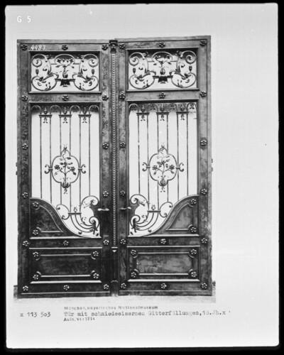 Tür mit Gitterfüllungen
