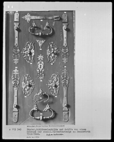 Bänder, Schlüsselschilde und Griffe von einem Schrank der ehemaligen Ritterherberge zu Donauwörth