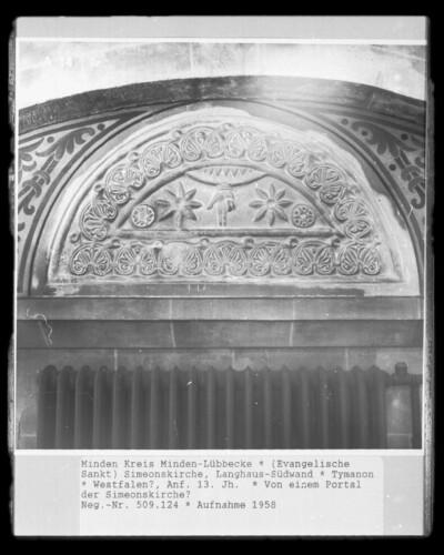 Tympanonrelief mit Palmettenbordüre und der Hand Gottes