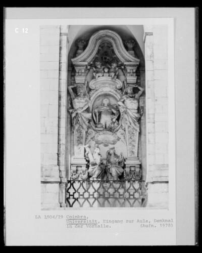 Denkmal mit Atlanten und Personifikationen der Architektur und der Gerechtigkeit